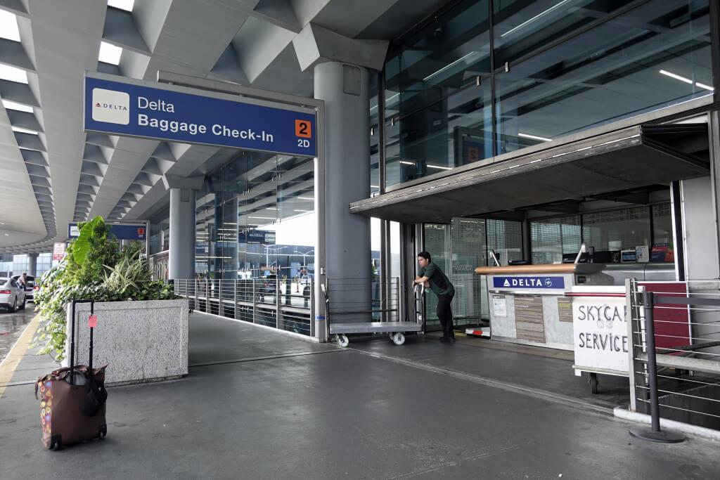カーブサイドチェックイン、空港のドライブスルー