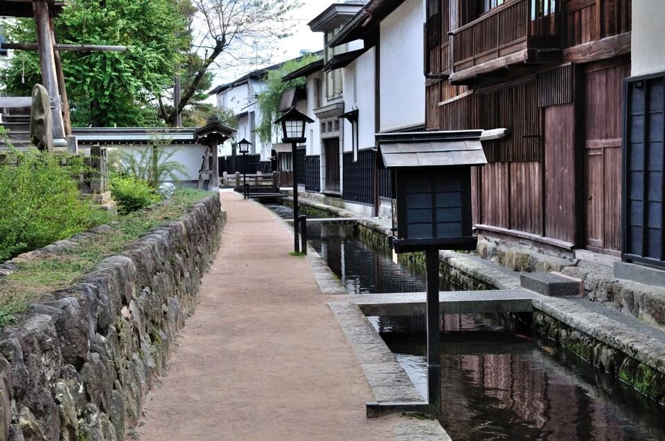 飛騨古川と水堀の写真