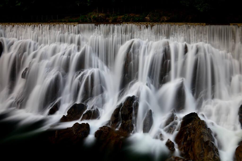 長篠堰堤ダム滝の写真
