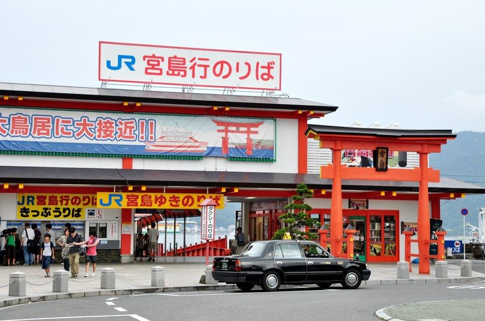 厳島神社・JRフェリーと大鳥居の写真