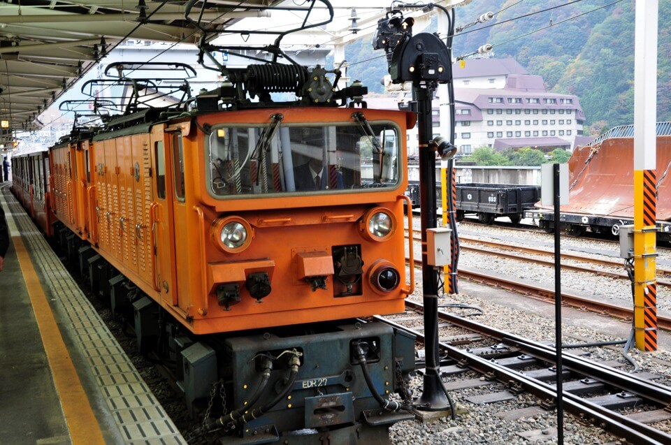 黒部峡谷トロッコ列車の紅葉写真